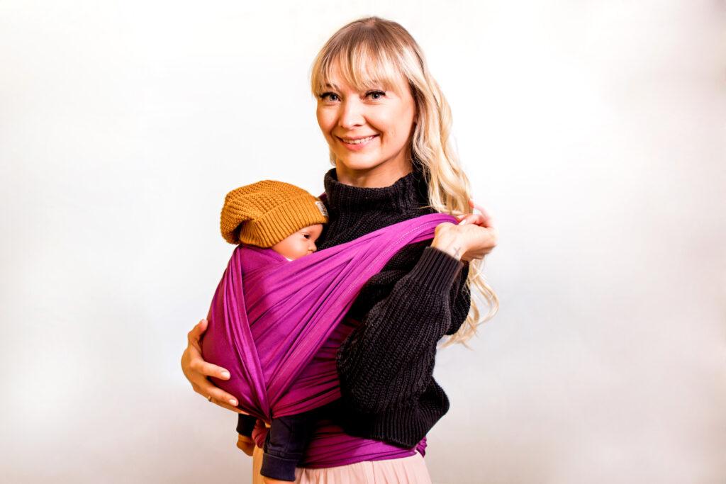 Frau mit Baby im Tragetuch