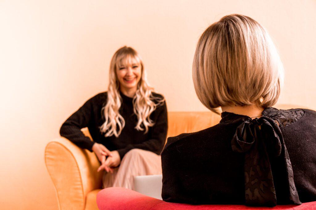 Zwei Frauen in einer Beratung